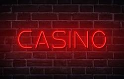 Het rode die teken van het casinoneon op zwarte wordt geïsoleerd Stock Foto