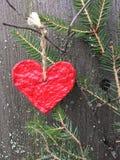 Het rode document hart hangen op een nette tak royalty-vrije stock fotografie
