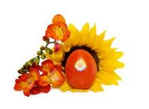 Het rode ei van Pasen met zonnebloem over wit Royalty-vrije Stock Foto