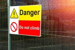 Het rode en gele gevaar, beklimt geen waarschuwingsbord voor elektriciteit royalty-vrije stock afbeelding