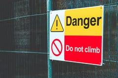 Het rode en gele gevaar, beklimt geen waarschuwingsbord voor elektriciteit stock fotografie