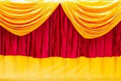 Het rode en gele gordijn van het stadiumtheater als achtergrond royalty-vrije stock foto's