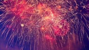 Het rode en gouden vuurwerk verlicht de nachthemel stock footage