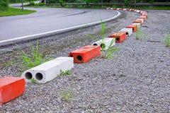 Het rode en witte blok verhindert gevaar bij kant van de weg Royalty-vrije Stock Fotografie