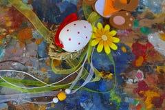 Het rode en witte ei van Pasen op oud kleurrijk artistiek houten palet royalty-vrije stock foto