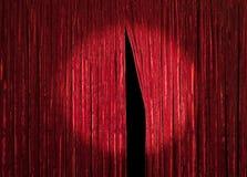 Het rode Gordijn met gluurt Openend Royalty-vrije Stock Foto's