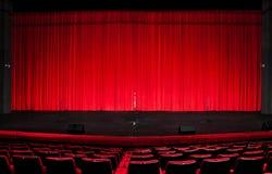 Het rode gordijn van het theater stock afbeelding