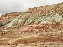 Het rode, groene en bruine rotslagen eroderen Stock Afbeelding