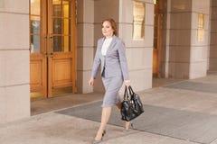 Het rode haired bedrijfsvrouwen lopen Stock Foto's