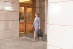 Het rode haired bedrijfsvrouwen lopen Royalty-vrije Stock Fotografie