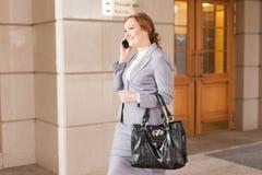 Het rode haired bedrijfsvrouwen lopen Royalty-vrije Stock Foto