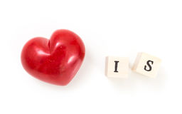 Het rode hart en de houten kubussen met woord zijn, op witte achtergrond Royalty-vrije Stock Afbeeldingen