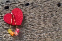 Het rode hart, gouden ketting met dobbelt en de woordliefde royalty-vrije stock foto's