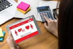 Het rode hart online dateren vindt Liefde daterend Paar die Happines dateren Royalty-vrije Stock Afbeeldingen