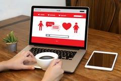 Het rode hart online dateren vindt Liefde daterend Paar die Happines dateren Royalty-vrije Stock Foto's