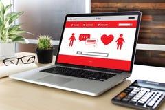 Het rode hart online dateren vindt Liefde daterend Paar die Happines dateren Stock Afbeelding