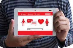 Het rode hart online dateren vindt Liefde daterend Paar die Happines dateren Royalty-vrije Stock Foto