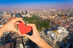 Het rode hart van de handgreep, centraal Alameda park, Mexico royalty-vrije stock afbeelding