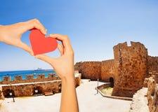 Het rode hart van de handgreep over hof van Ridders, Rhodos stock foto's