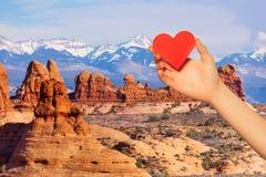 Het rode hart van de handgreep over MT Waas en Bogenpark stock foto