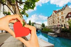 Het rode hart van de handgreep over de rivier van Ljubljana, Slovenië stock foto's