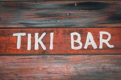 Het rode houten teken van de tikibar stock afbeeldingen