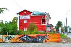 Het rode huis met een omheining Stock Foto