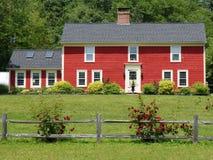 Het rode huis nam struik toe Stock Afbeeldingen