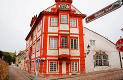 Het rode huis op cobbled straten Royalty-vrije Stock Afbeeldingen