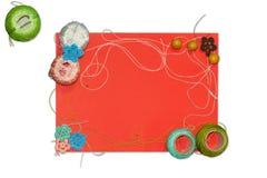 Het rode kader met verwarring van het breien van draden is geïsoleerd op witte achtergrond Royalty-vrije Stock Afbeelding