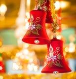 Het rode Kerstmis-Klok hangen bij boom Royalty-vrije Stock Foto