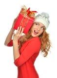Het rode Kerstmis verpakte de gift van de vrouwengreep huidige glimlachen Stock Afbeeldingen