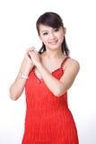 Het rode kledings Chinese meisje glimlachen Royalty-vrije Stock Afbeeldingen