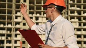 Het Rode Klembord van bouwersin hardhat with stock video