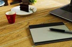 Het rode koffiekop en apparaat en laptop van de Penmuis voor grafische desig stock fotografie