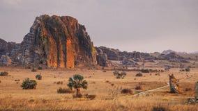 Het rode landschap van de rotszonsondergang in Madagascar Stock Afbeelding