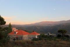 Het rode Landschap van het baksteenhuis in Libanon Mtein Stock Afbeeldingen