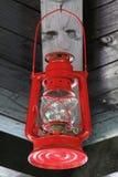 Het rode Olielamp Hangen onder Houten Dak stock afbeeldingen
