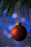 Het rode ornament van Kerstmis op een blauwe achtergrond royalty-vrije stock foto