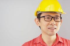Het rode overhemd van de ingenieursslijtage en gele hoed met bril Royalty-vrije Stock Fotografie