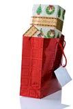 Het rode Overlopen van de Zak van de Gift met Kerstmis stelt voor. Royalty-vrije Stock Foto's
