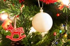 Het rode paard van de kerstboom en witte bal Stock Foto's