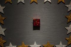Het rode pakket van de giftdoos op lei met sterkader Royalty-vrije Stock Afbeeldingen