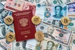 Het rode paspoort Rus Tegen papiergeld, Amerikaanse dollars, Chinees yuanscny, metaalmuntstukken, bitcoin, crypto munt Royalty-vrije Stock Afbeeldingen