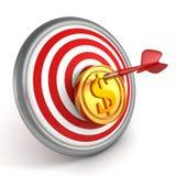 Het rode pijltje raakte centrum van dartboard met gouden muntstuk Royalty-vrije Stock Foto's