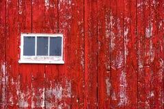 Het rode Schuurmuur Opruimen met venster Stock Fotografie