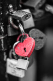Het rode slot van de hartvorm met waterdalingen Royalty-vrije Stock Afbeelding