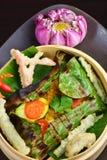 Het rode snapper visfilet wraped in banaanblad Stock Afbeeldingen