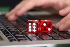 Het rode spel dobbelt op laptop Stock Foto's