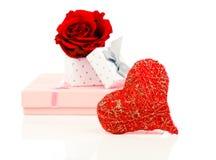 Het rode symbool van de hartvorm dat van draad met gift wordt gemaakt Royalty-vrije Stock Afbeelding